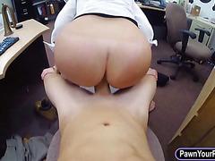 Round ass babe pawns her sweet coochie