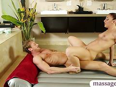 Hot masseuse gives nuru massage n fucked