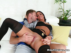 Mature Chick Michelle Has Her Pussy Fingered