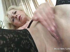 Blonde mature hottie finger fucking starving twat