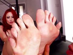Footfetish slut gets her toes tantalized