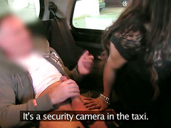 Raven amateur giving head to taxi driver