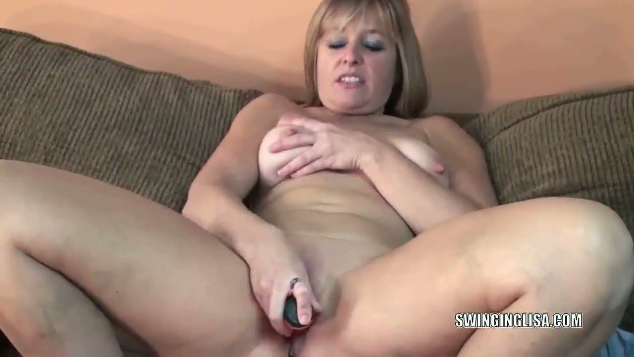 Mature dildos her wet pussy