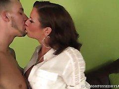 Wild Hot MILF Veronica Avluv Feasts On Man Ass!